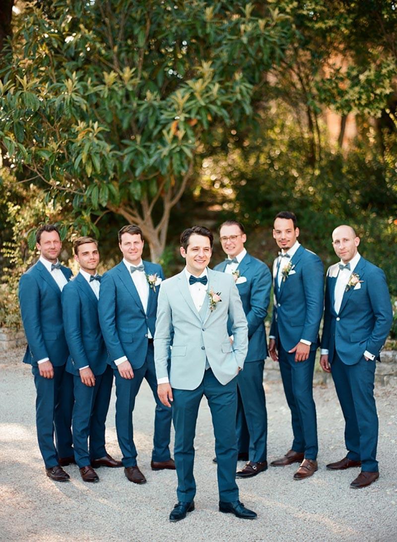 Noivo com padrinhos, todos em terno azul e gravata borboleta.