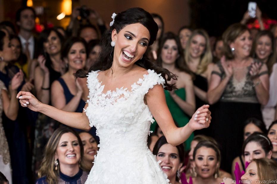 noiva e convidados na pista de dança do casamento