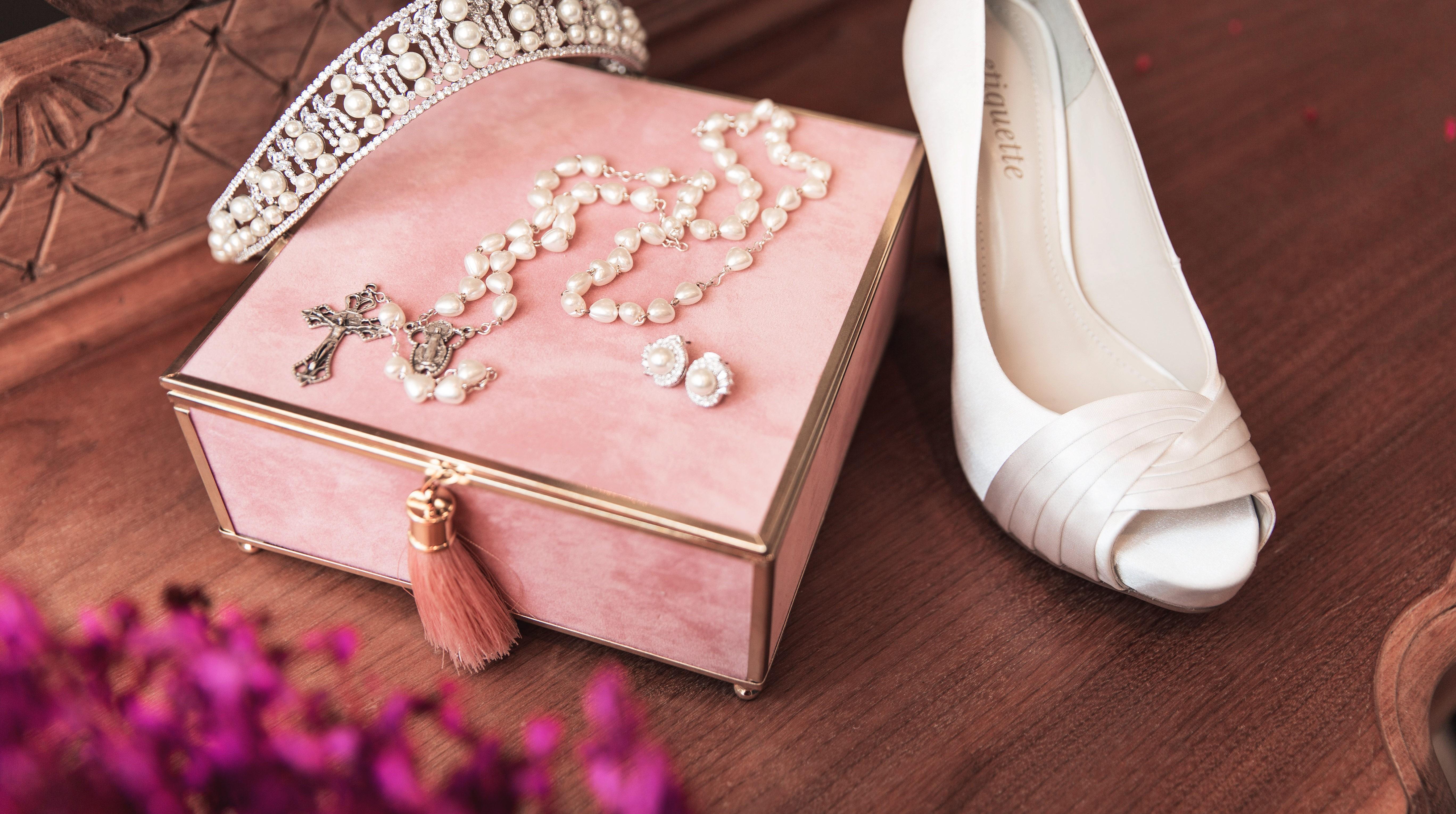 Sapato branco para noiva, tiara  e terço para cerimônia.