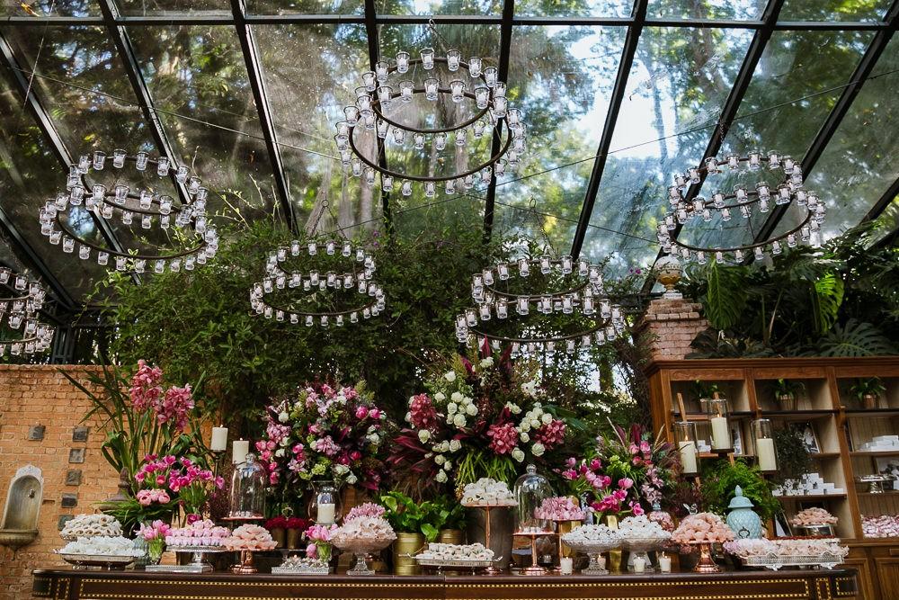 mesa de doces com decoração clássica