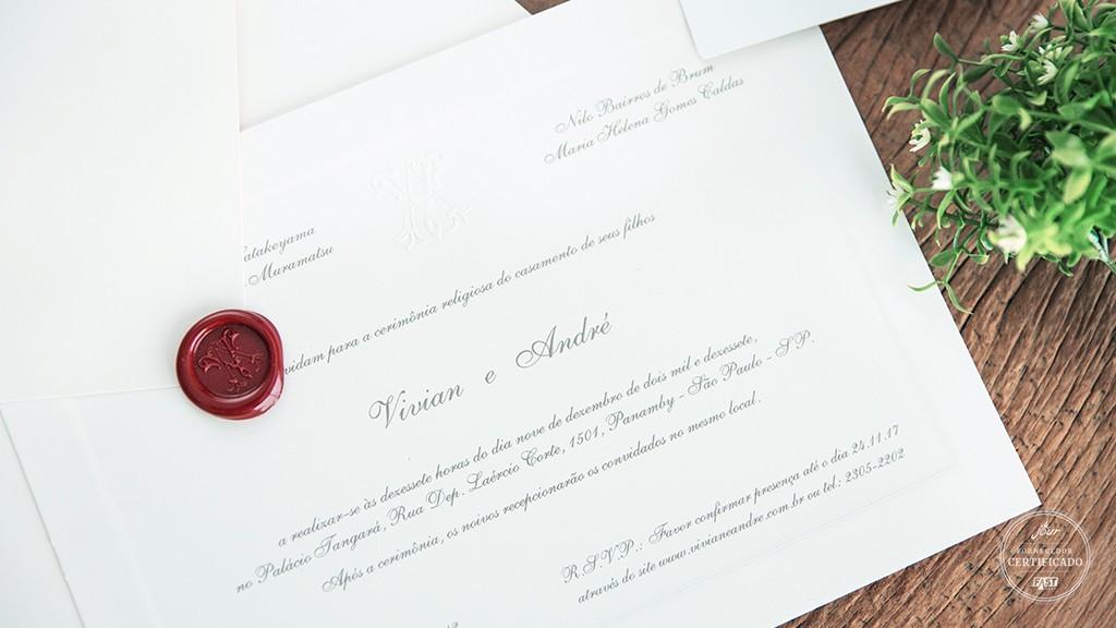 Convite simples com caligrafia e selo de cera líquida.