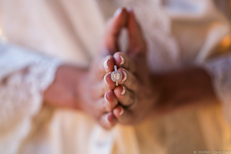 noiva segurando o anel de noivado