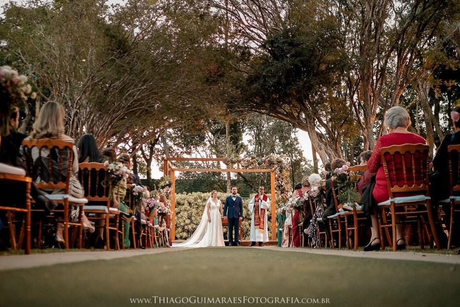 noivos na cerimônia de casamento ao ar livre