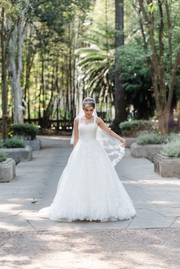 noiva posando com o vestido de noiva