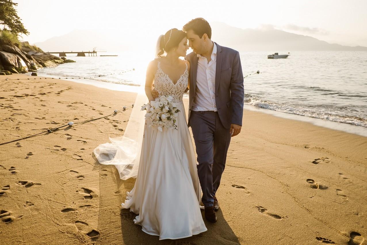 foto dos noivos em um casamento na praia