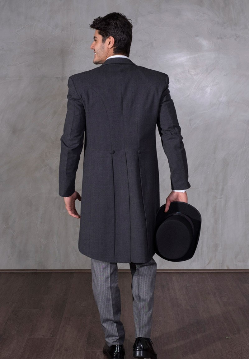 Fraque completo na cor cinza escuro, com calça cinza clara e chapéu preto.