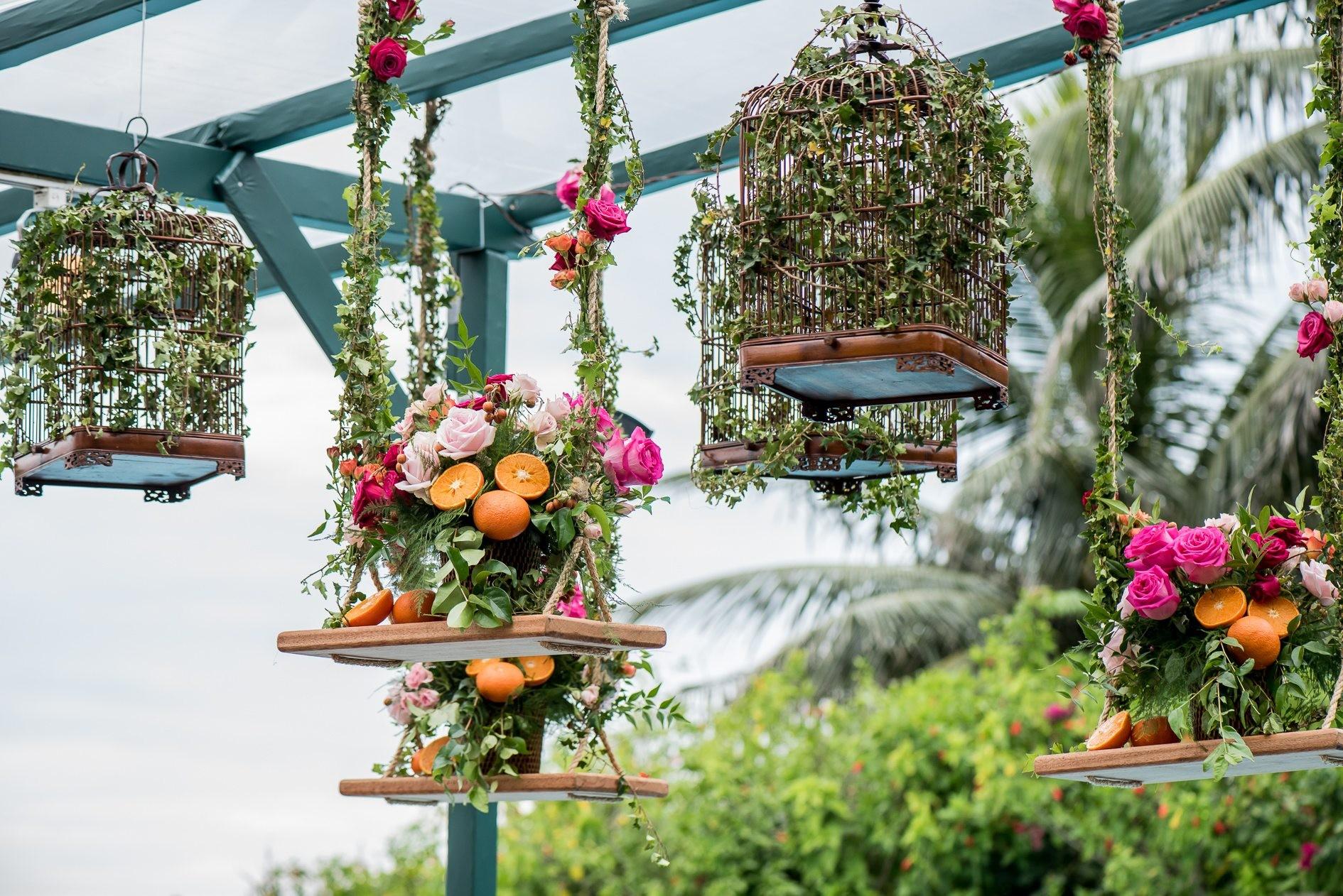 decoração suspensa com flores e laranjas