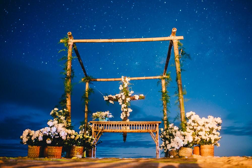 altar decorado para um casamento na praia