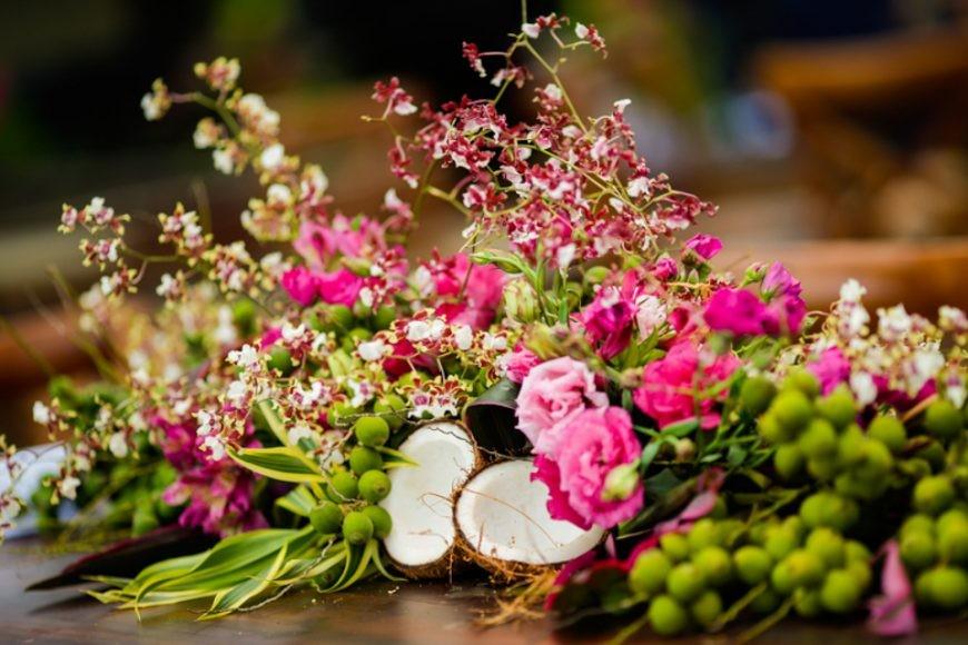 centro de mesa decorado com flores e coco