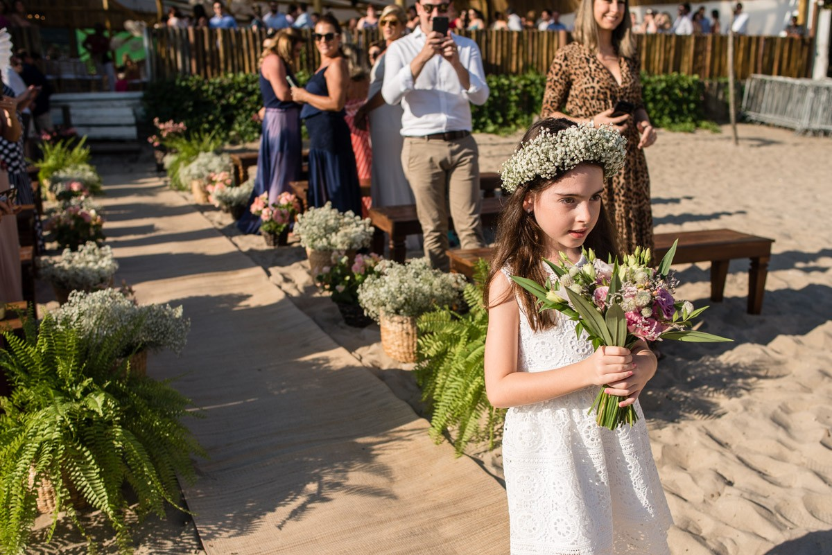 daminha entrando na cerimônia do casamento
