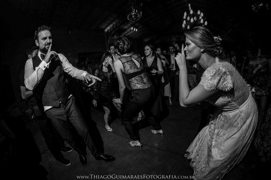 noivos na pista de dança da festa do casamento