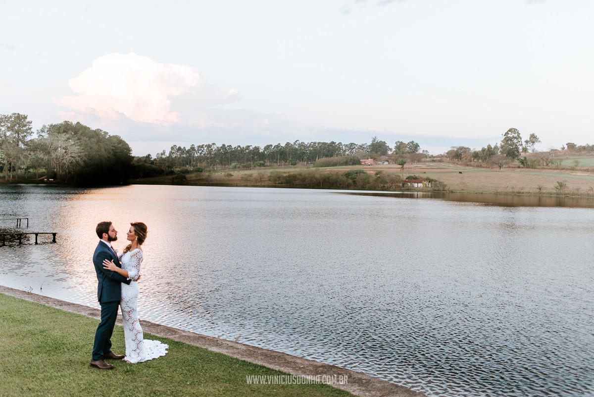 casamento no campo em frente ao lago