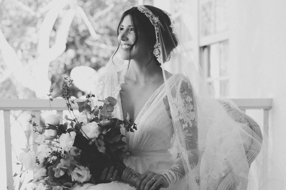 noiva posando com vestido e buquê antes da cerimônia do casamento