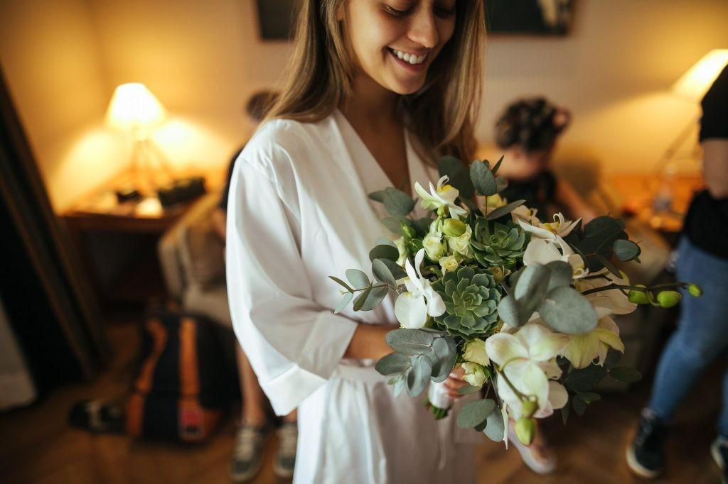 noiva com buquê para o casamento