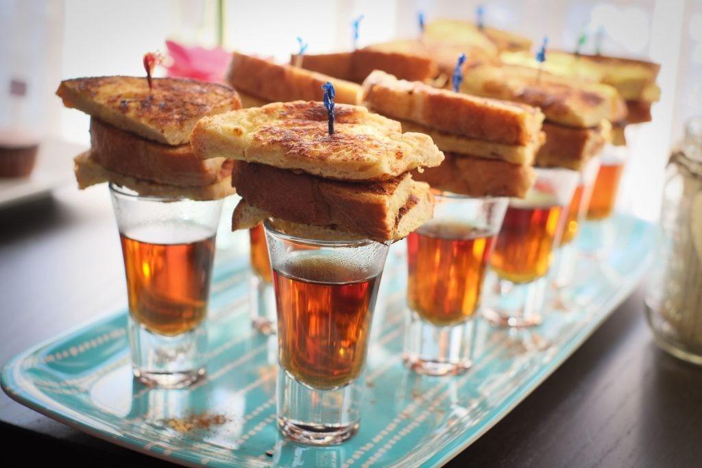 sanduíche e cerveja para um chá de panela