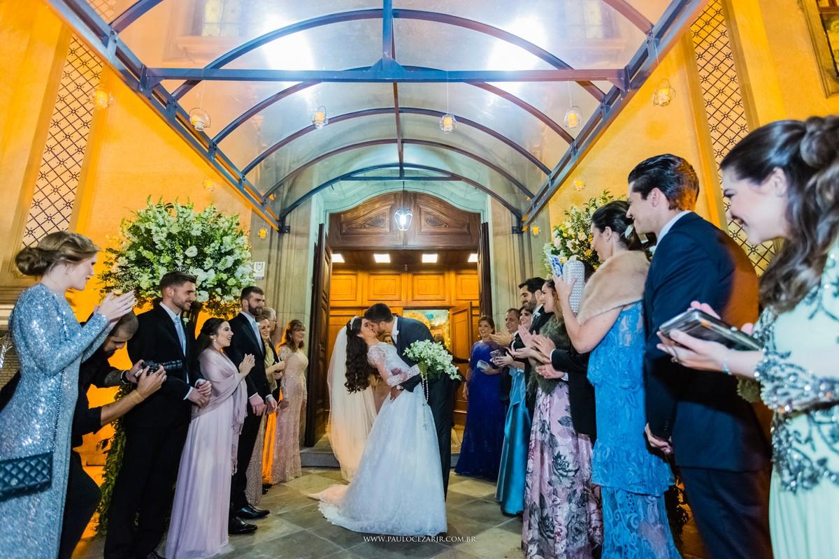 beijo dos noivos na cerimônia de casamento na igreja