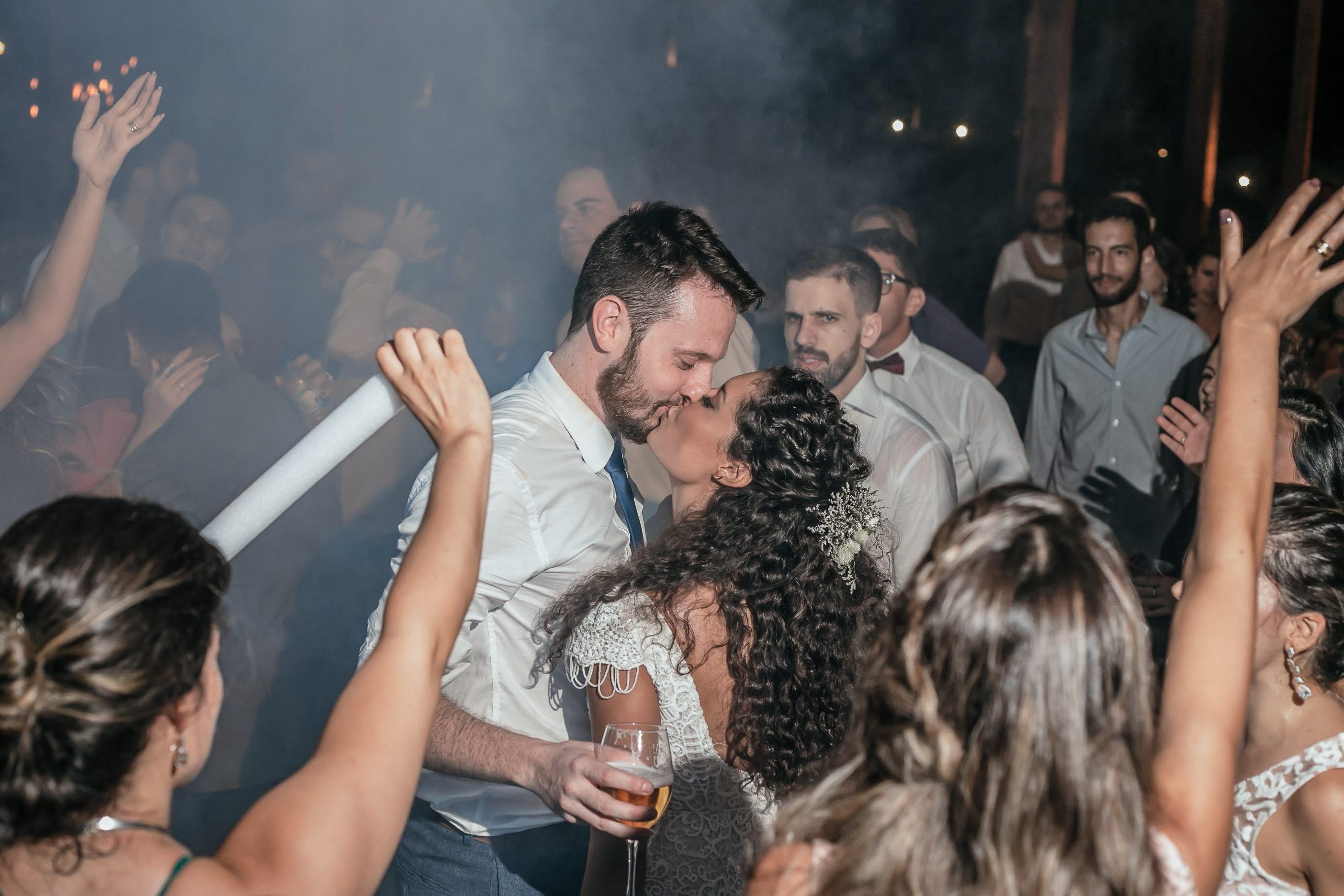 beijo dos noivos na pista de dança da festa do casamento