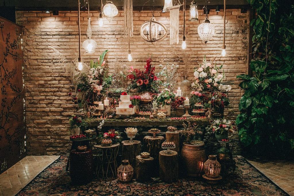 mesa de doces com decoração romântica rústica
