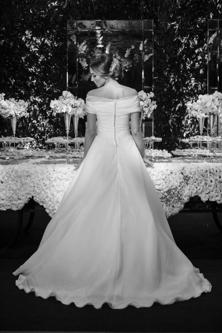 noiva posando com o vestido no casamento