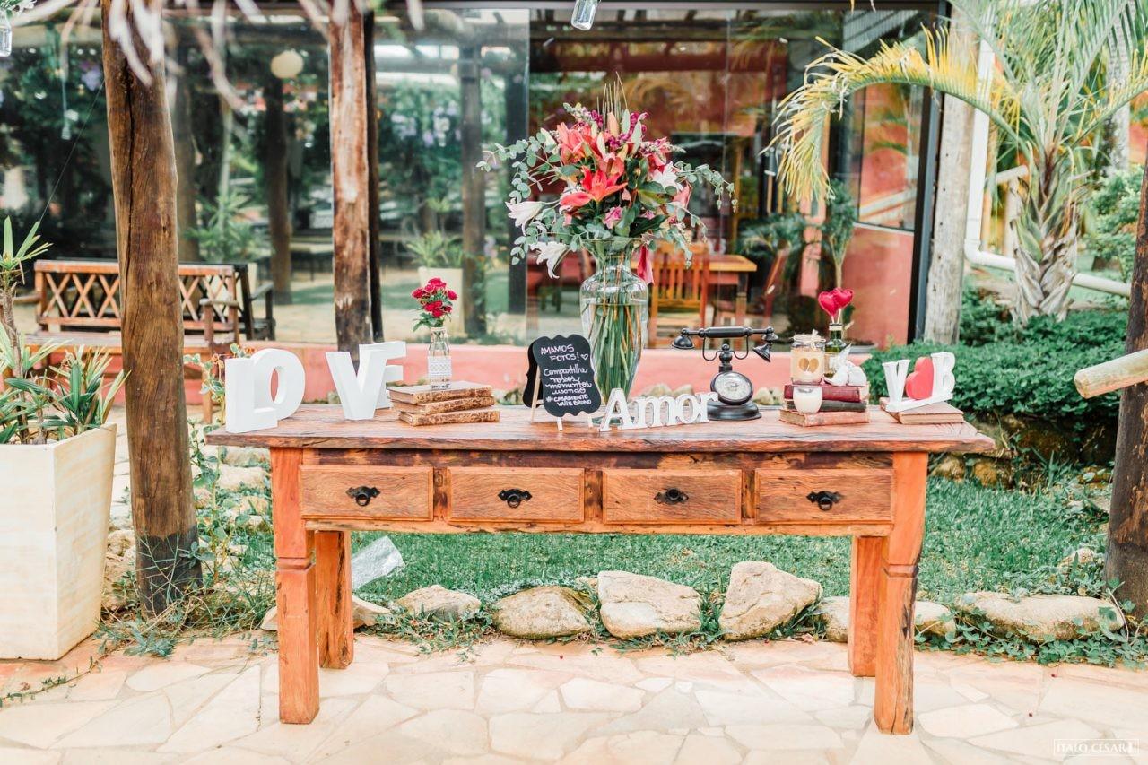 móvel rústico para a decoração de casamento ao ar livre