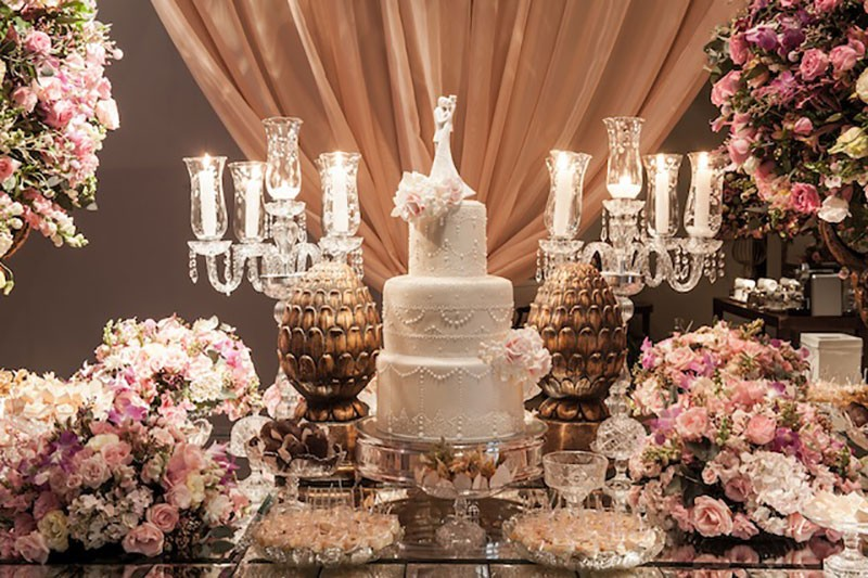 Bolo branco 3 andares romântico para casamento