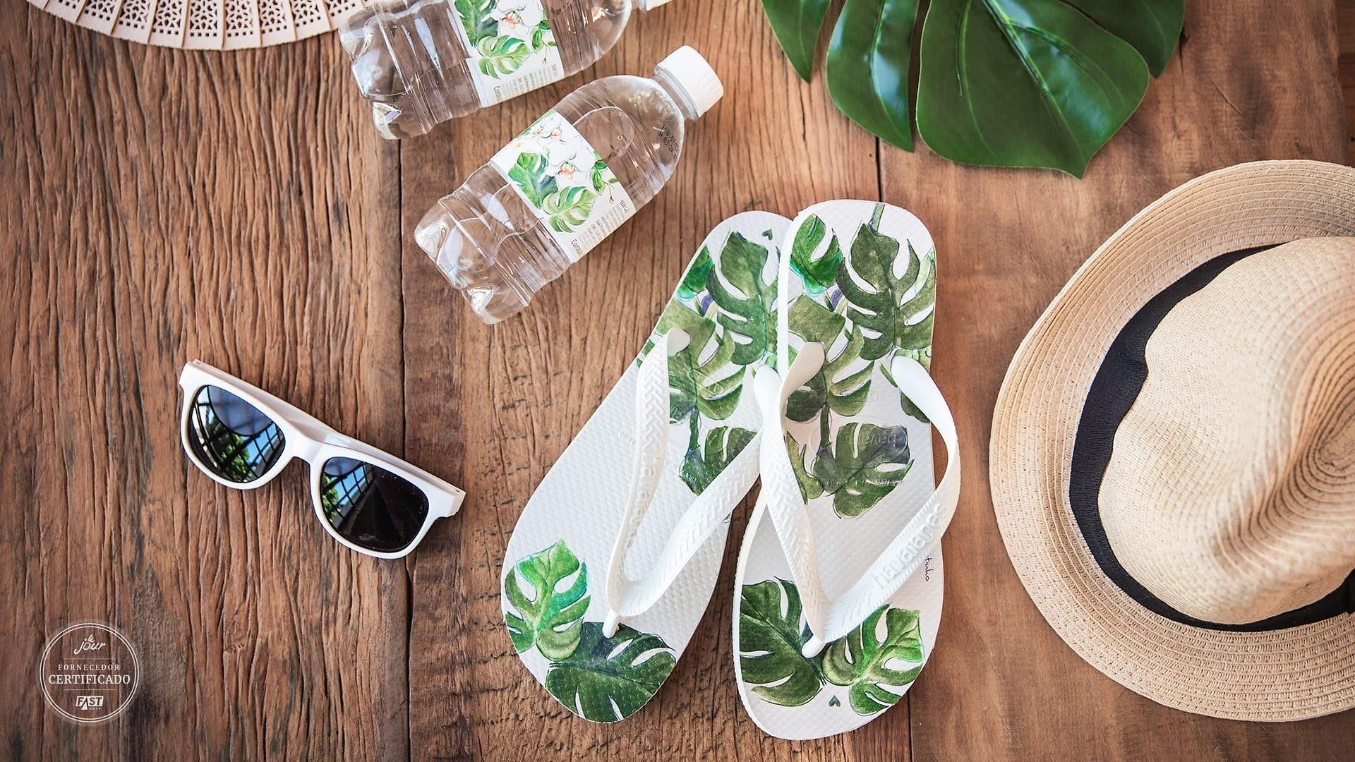 óculos, rasteirinha, chapéu e água personalizada