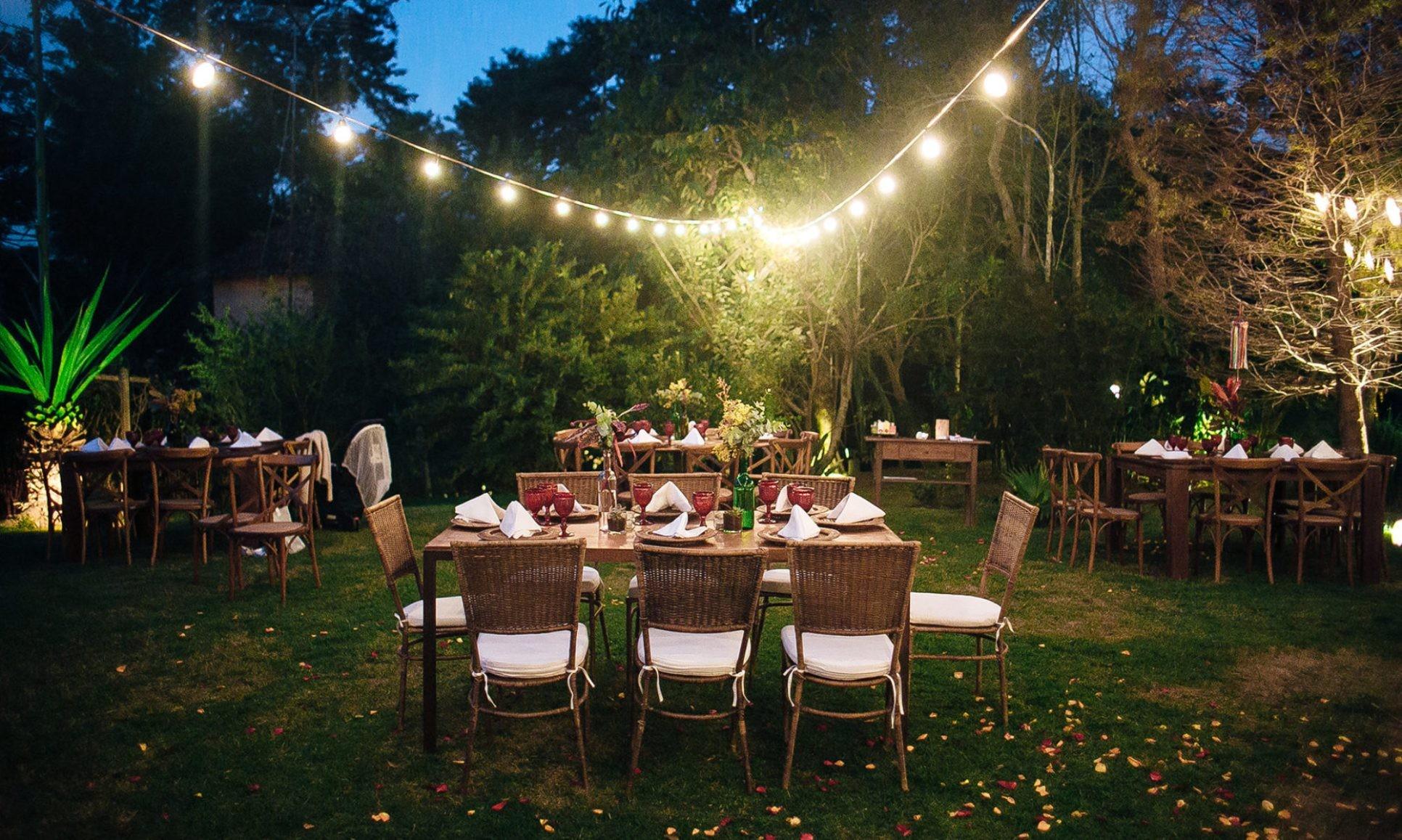 Decoração ao ar livre para casamento com luzes suspensas