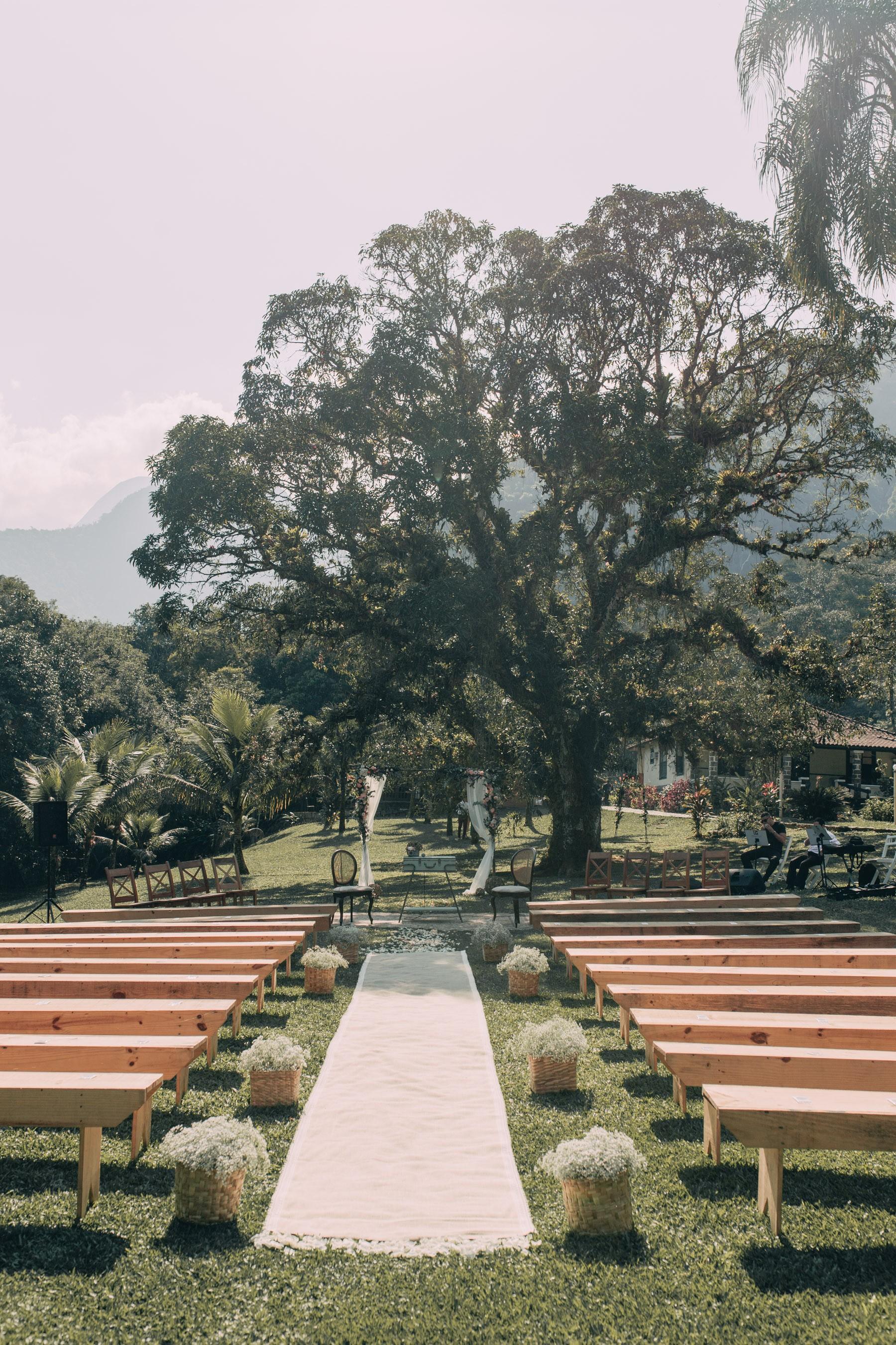cerimônia de um casamento rústico no campo