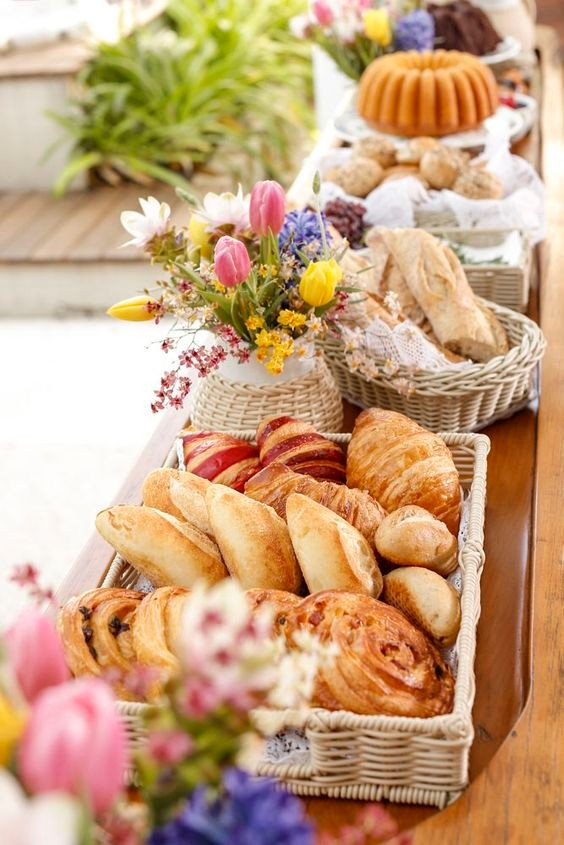 cesta de pães para o buffet de um chá de panela durante o dia