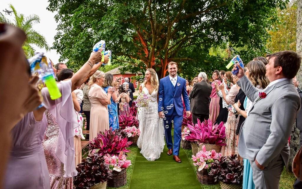 saída dos noivos da cerimônia de casamento no campo