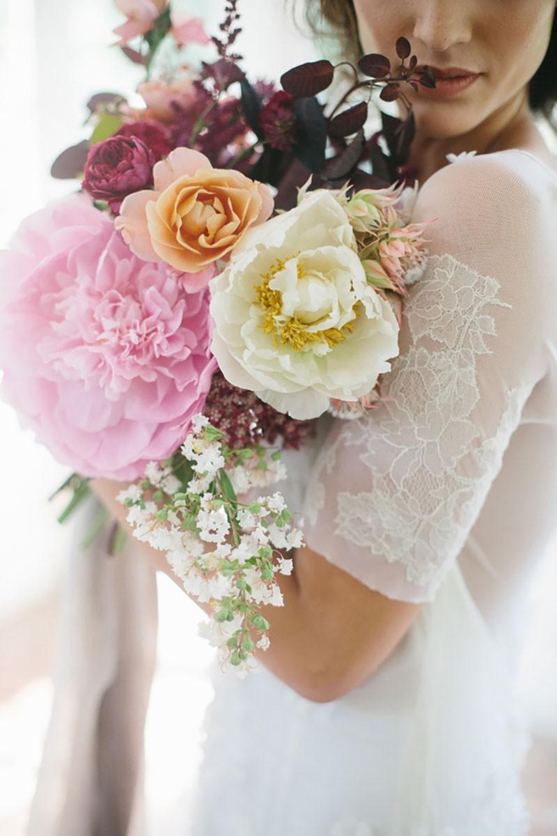 buque para casamento ao ar livre com flores em tom marsala e rosa