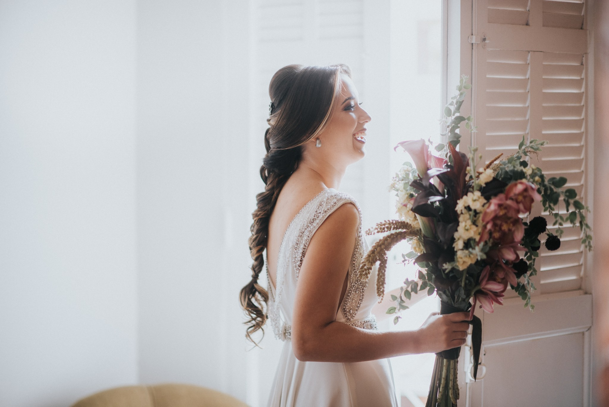 noiva posando com o buquê no dia da noiva