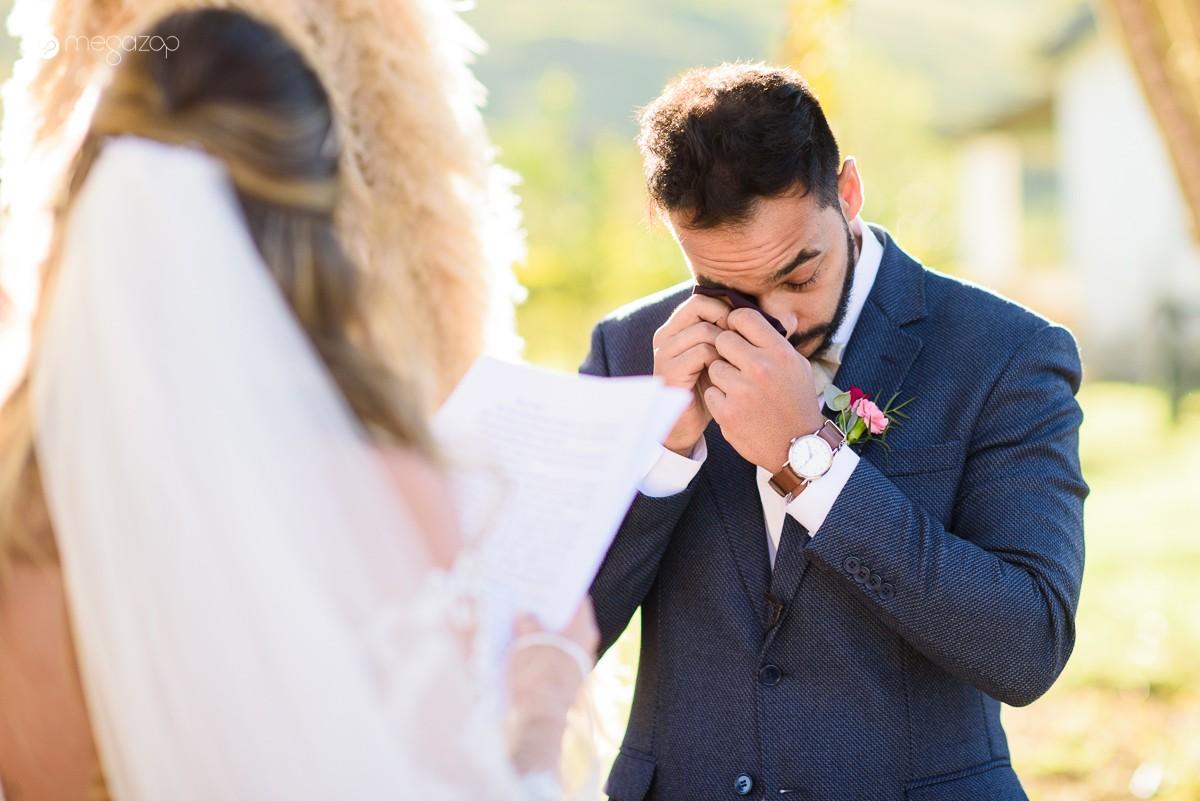 noivos trocando votos na cerimônia do casamento