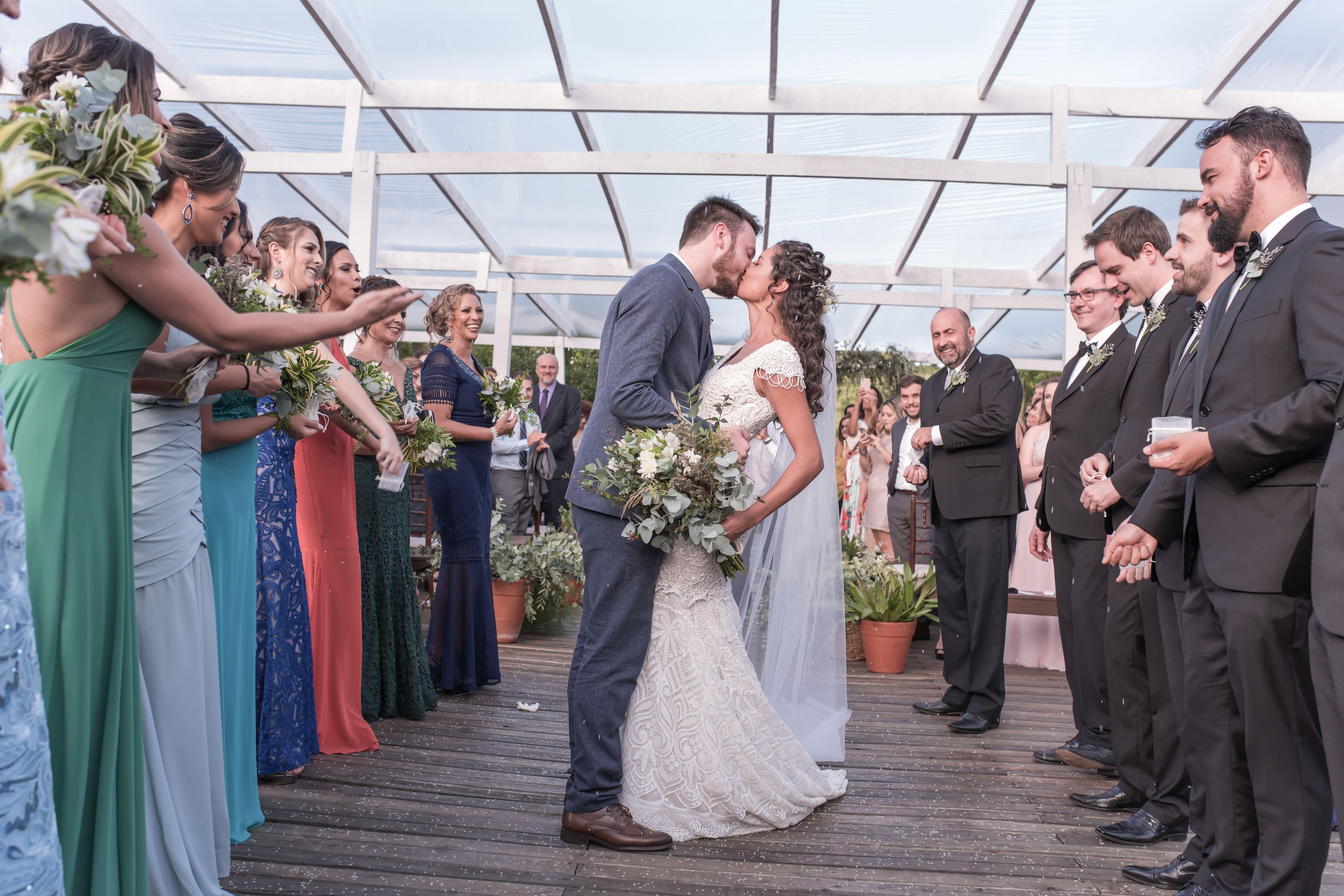 beijo dos noivos na cerimônia de casamento ao ar livre