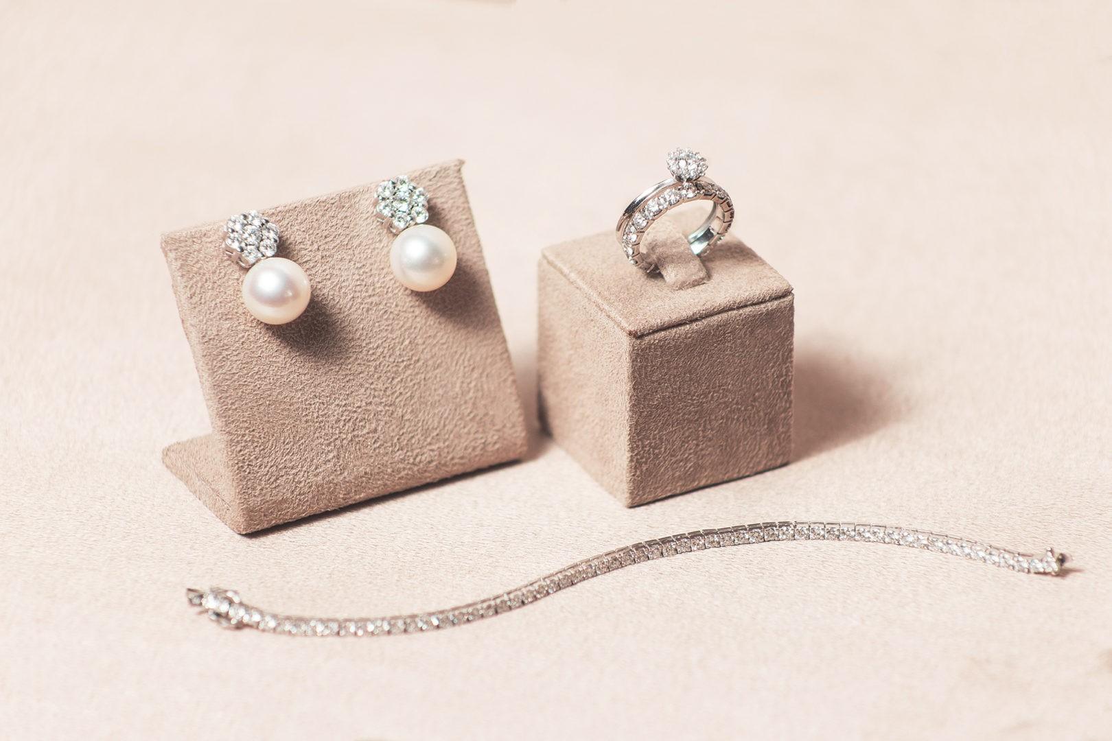 brinco, anel de noivado e pulseira Priscila do Vale