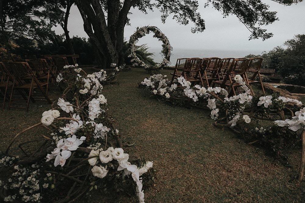 decoração rústica de um casamento na praia em Ilhabela