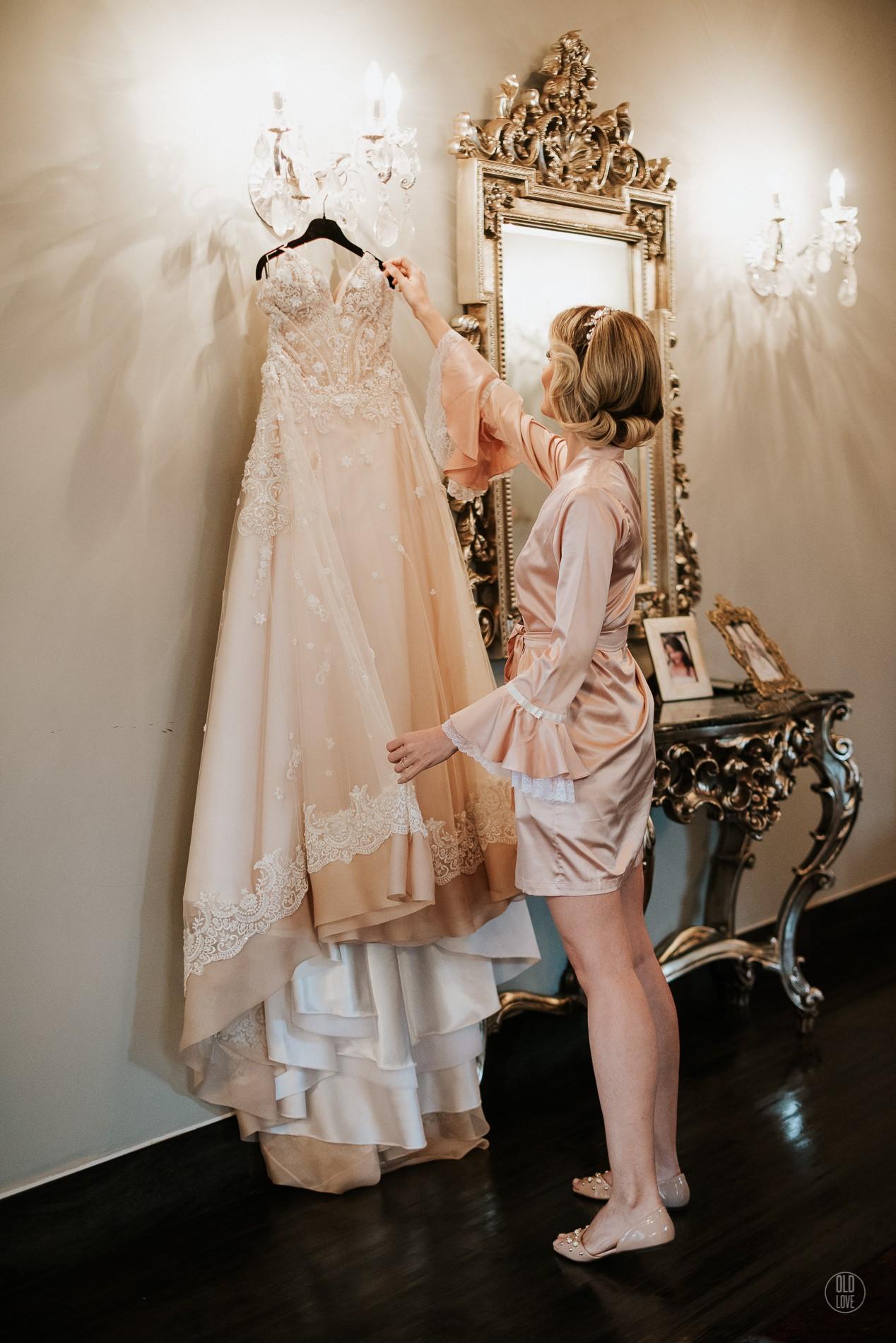 noiva segurando o vestido antes do casamento