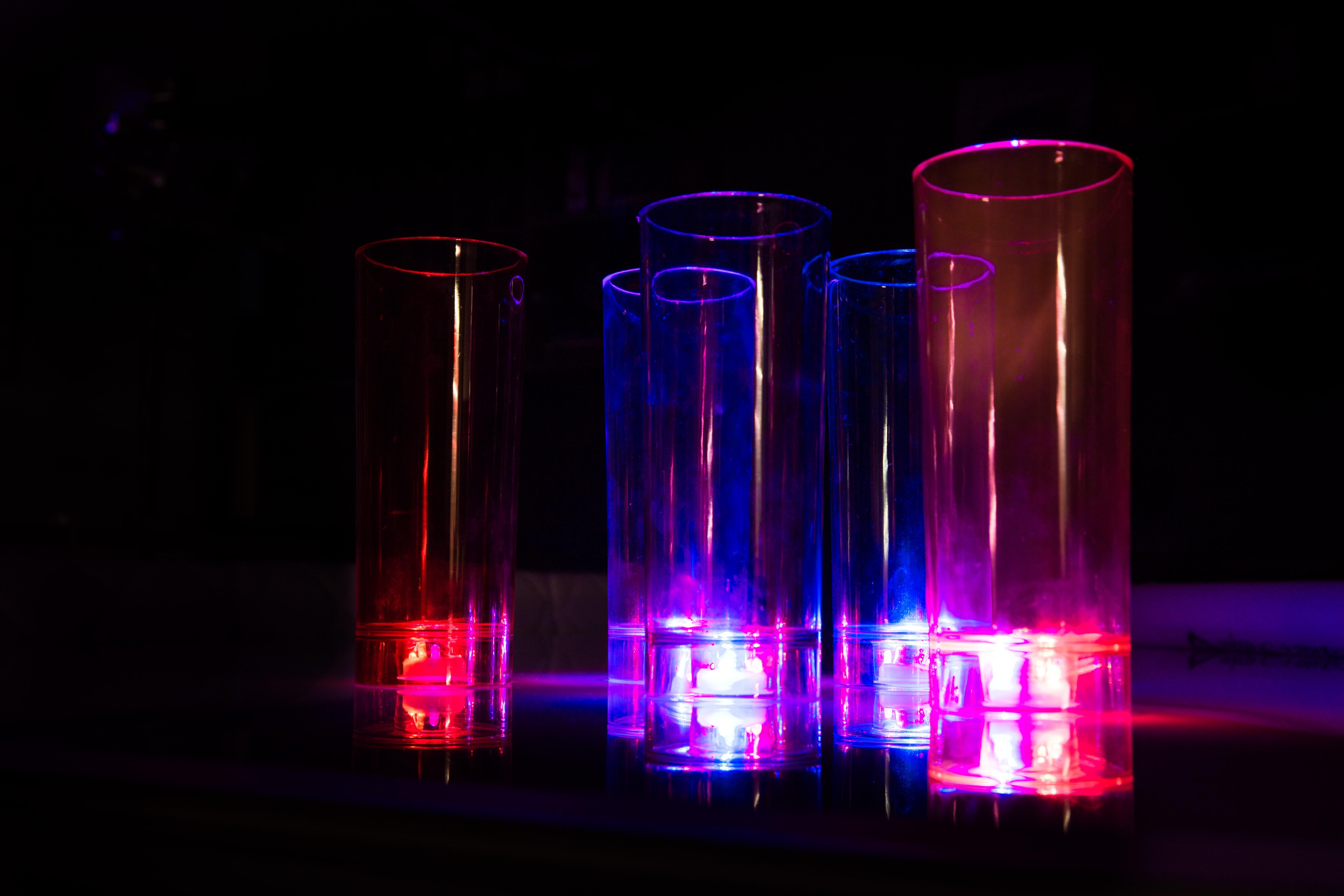 Capos de LED vermelho e azul.