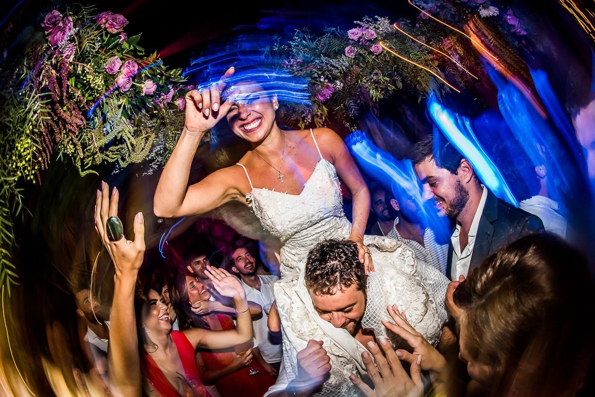 noivos e convidados na pista de dança do casamento
