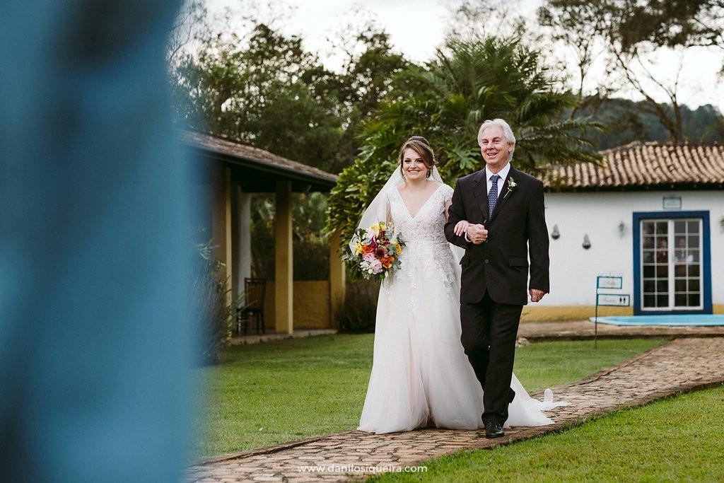 noiva caminhando com o pai em direção ao altar