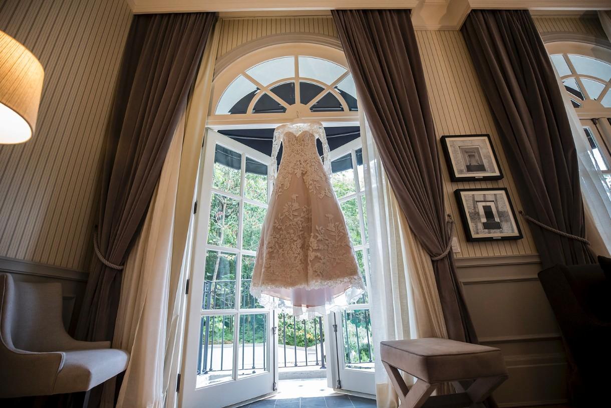 vestido de noiva pendurado antes do casamento