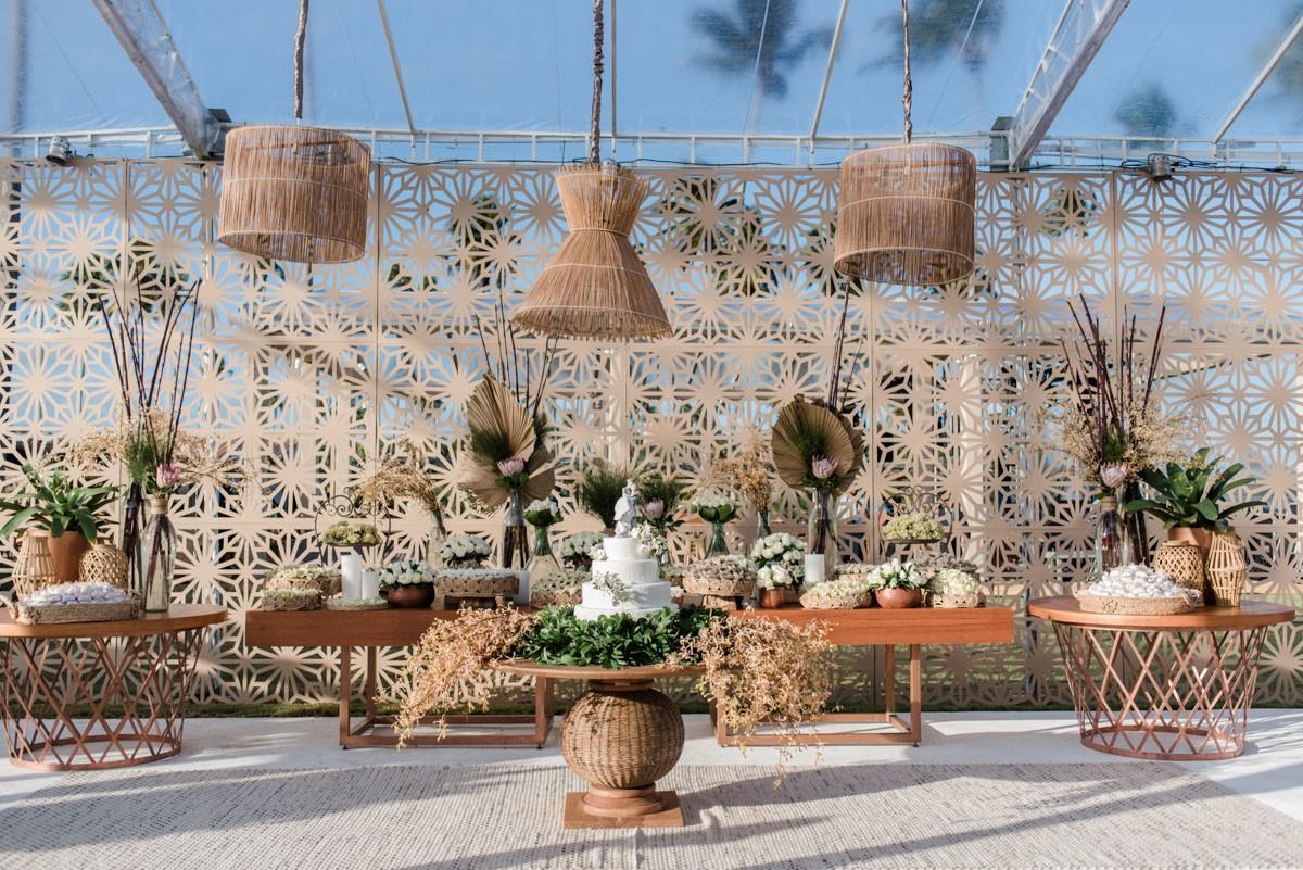 mesa de doces decorada para um casamento na praia