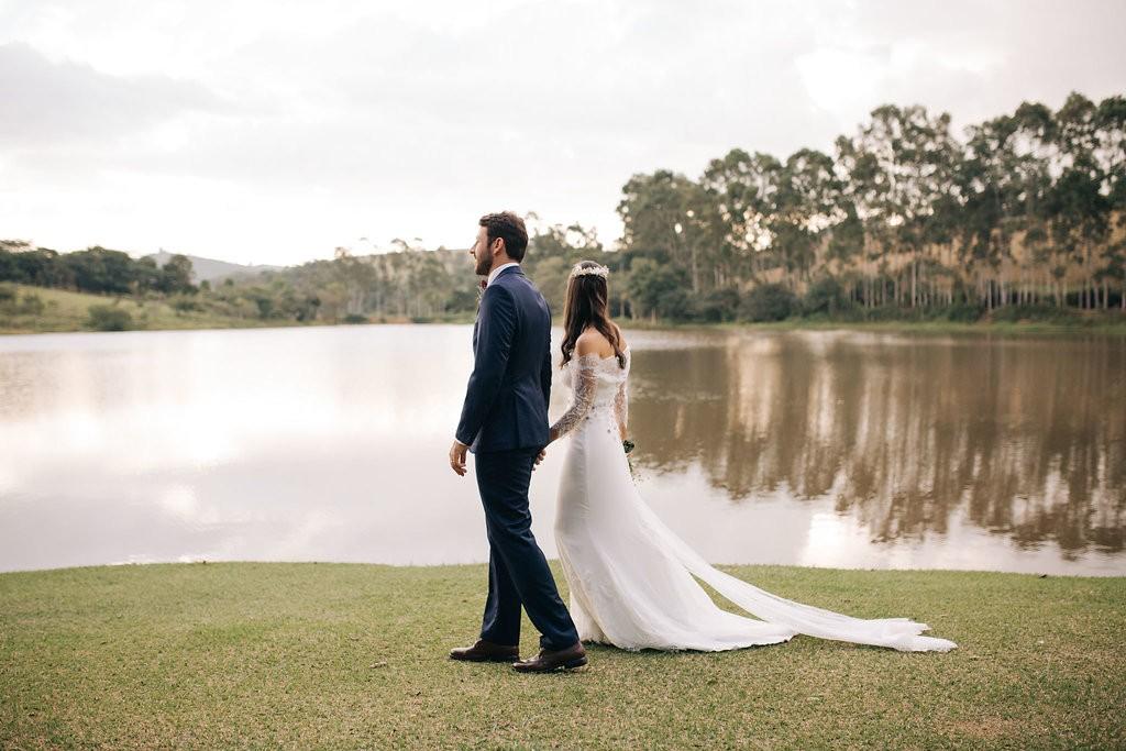 foto dos noivos na beira do lago