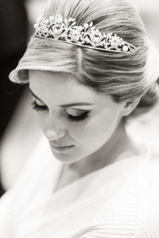 noiva posando com a tiara do casamento