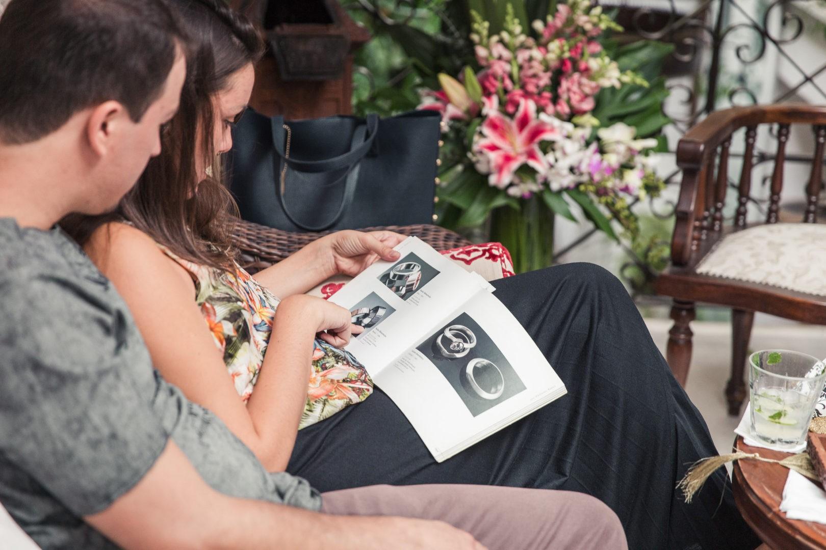 noivos escolhendo modelo no Dia da Aliança