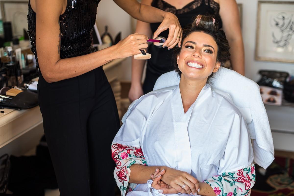 noiva sendo maquiada para o casamento