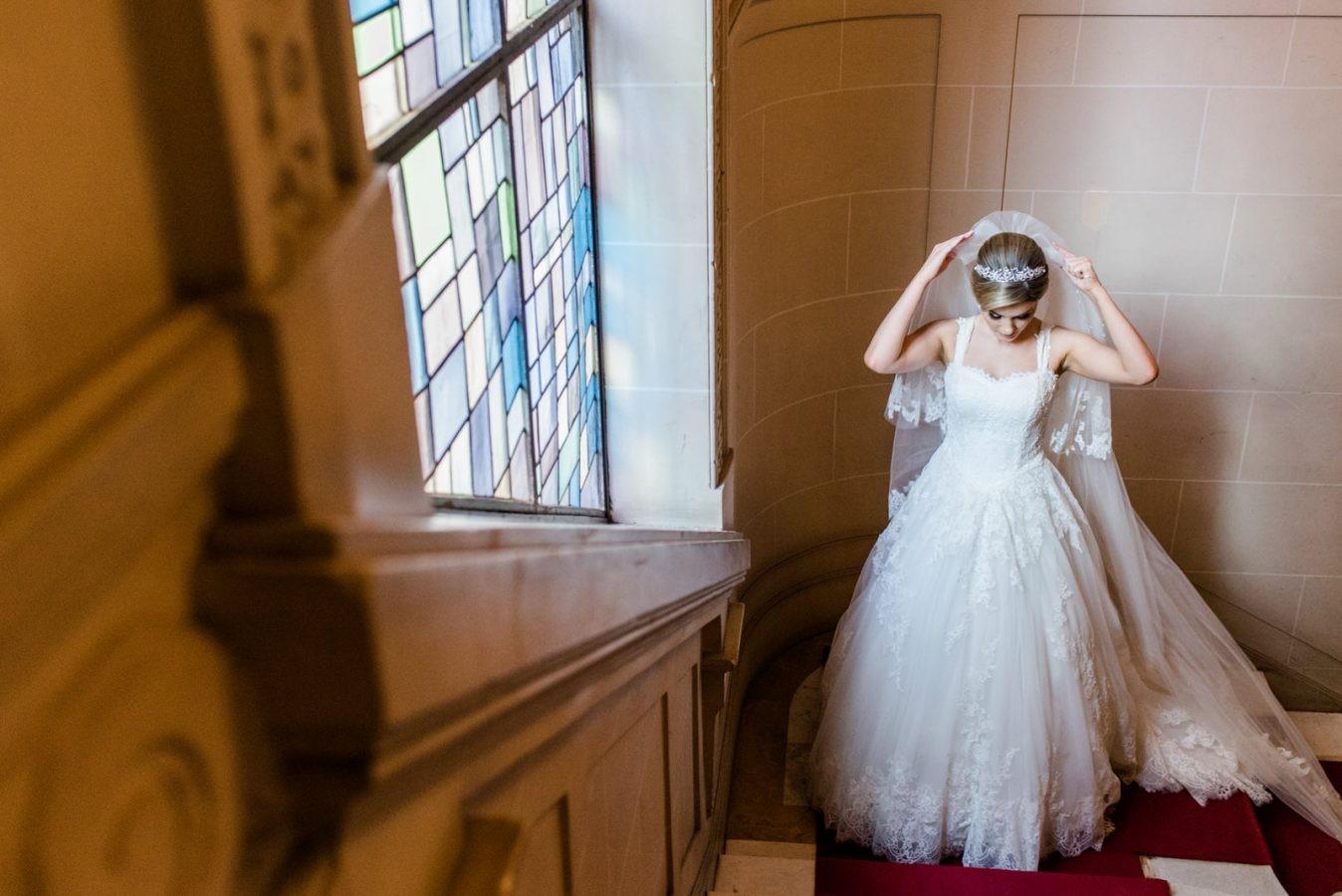 noiva com vestido, véu e grinalda antes do casamento