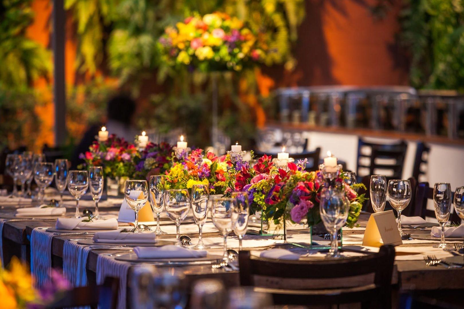 decoração de uma mesa dos convidados de um casamento