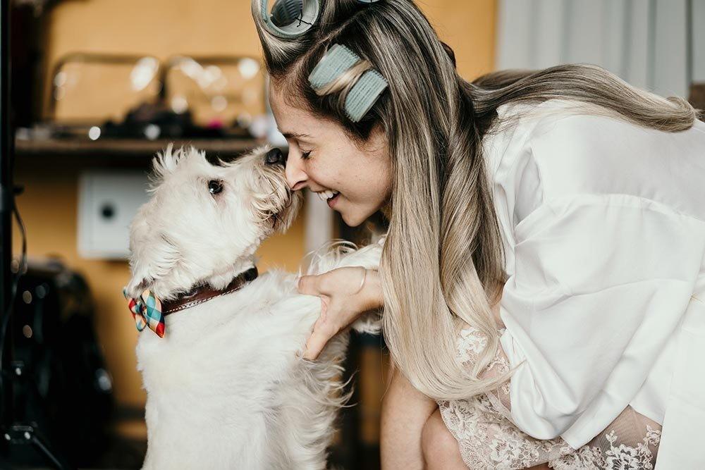 noiva com o cachorro no dia da noiva