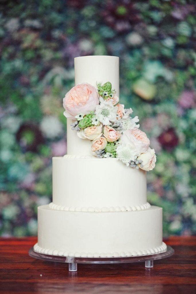 bolo de casamento minimalista com flores naturais